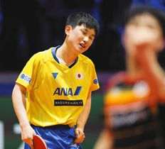 男子シングルス4回戦韓国選手にポイントを奪われた張本智和=ブダペストで(内山田正夫撮影)