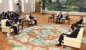 中国の李克強首相(奥中央)を表敬した河野外相(手前左)と韓国の康京和外相(その右)。奥右は中国の王毅外相=22日、北京の人民大会堂(共同)