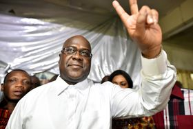 支持者に向かってVサインをするコンゴの最大野党党首チセケディ氏=10日、コンゴ・キンシャサ(ロイター=共同)