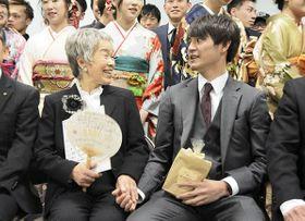 東日本大震災の被災者を励ますうちわをきっかけに成人式で対面した千葉しげ子さん(左)と森正秀さん=13日、山鹿市