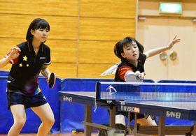 息の合ったプレーで女子個人ダブルスを制した岡本彩里(右)、信田ことみ組=TYK体育館