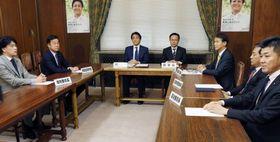 希望の党の緊急役員会に臨む松沢成文参院議員団代表(左から2人目)と玉木代表(同3人目)ら=17日午後、国会