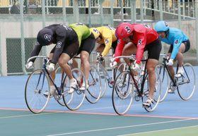 男子決勝でゴールする優勝した山本修平(2)、2着の佐々木悠葵(3)=伊東温泉競輪場