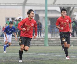 越谷南―浦和学院 後半15分、好連係でチーム2点目のゴールを決めた浦和学院の本田(8)と市村