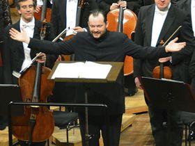 聴衆の拍手に応えるゲバントハウス管弦楽団の新常任指揮者、アンドリス・ネルソンス氏=22日、ドイツ・ライプチヒ(共同)