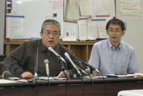 大阪湾への処理水放出について、記者会見で反対を訴える市民団体呼び掛け人のジャーナリスト木下黄太氏(左)=20日午後、大阪市役所
