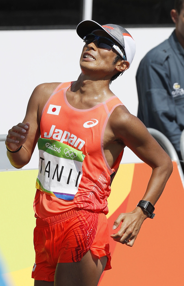 4大会連続出場となった2016年リオデジャネイロ五輪の陸上男子50㌔競歩でゴールする谷井孝行(共同)