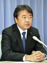 立憲民主党に離党届を提出し、記者会見する青山雅幸衆院議員=18日午後、静岡県庁