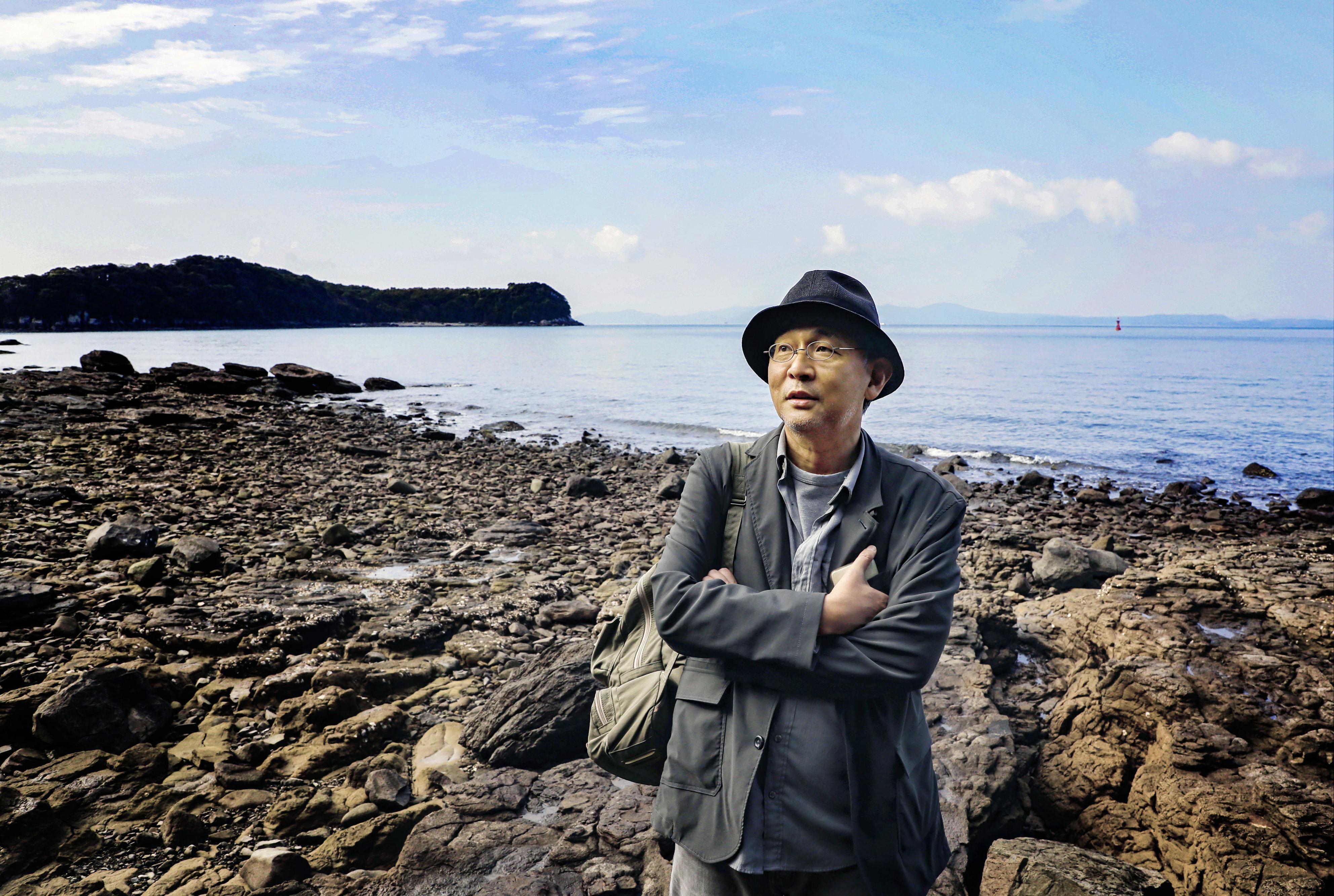 水俣の昔からの海岸が残る岬を訪れた森枝卓士。岬の反対側は水銀を含むヘドロを埋め立てた公園になっている=熊本県水俣市