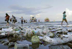 インドネシアの海岸にたまったプラスチックごみ=2018年4月(ロイター=共同)
