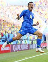 ブラジル―コスタリカ 後半、ゴールを決め、跳び上がって喜ぶブラジルのコウチーニョ=サンクトペテルブルク(ゲッティ=共同)