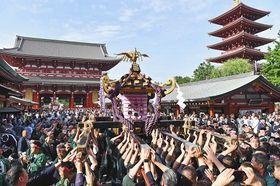 昨年の三社祭で、威勢のよい掛け声ととも宮出しされる神輿(みこし)=東京・浅草で