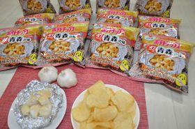 カルビーが2月17日に発売するポテトチップスの「焼きにんにく味」=15日、青森市