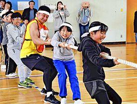 なかやまきんに君(右から3人目)と一緒に綱引きをする子どもたち=17日、泉崎村