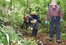 本格的な夏山登山シーズンに向け、山道の刈り払いをする参加者