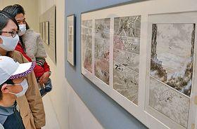 谷口ジローさんの原画を鑑賞する来館者=米子市中町、市美術館