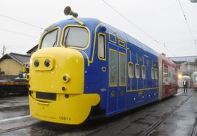 岡山電気軌道が公開した「チャギントン」のキャラクターをあしらった路面電車=23日午後、岡山市