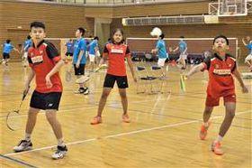 対戦形式の練習で汗を流すインドネシアのジュニア選手たち