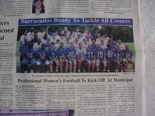 地元の新聞に大きく取り上げられたベティさんら「ディトナビーチ・バラクーダス」の選手たち=2000年