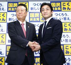 合併に合意し、記者会見で握手する自由党の小沢一郎共同代表(左)と国民民主党の玉木雄一郎代表=26日未明、東京・永田町