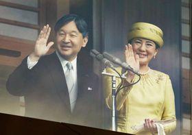 即位を祝う令和最初の一般参賀で手を振られる天皇、皇后両陛下=4日午前、宮殿・長和殿
