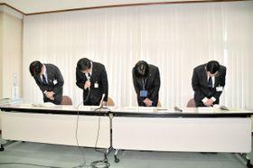 茅ケ崎市立小のいじめ重大事態について陳謝する教育長(左から2番目)ら=茅ケ崎市役所分庁舎
