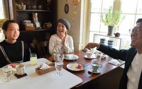 家族で食事の席を楽しむ斎藤あさみさん(中央)と家族=2月上旬、鹿沼市内