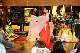 詠み上げられた歌に合わせて、即興で舞を披露する白拍子姿の会員(京都市東山区・法住寺)