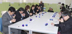 審査に先立ち、「キャリブレーション」で評価基準のすり合わせを行う審査員=小豆島町池田、小豆オリーブ研究所