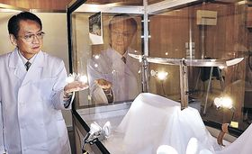 日本刀「大倶利伽羅広光」を紹介する関係者=津幡町倶利伽羅の倶利迦羅不動寺山頂本堂