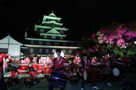 ライトアップされた岡山城天守閣。高校生による和太鼓演奏もあり、幽玄な雰囲気に包まれた=26日午後7時27分