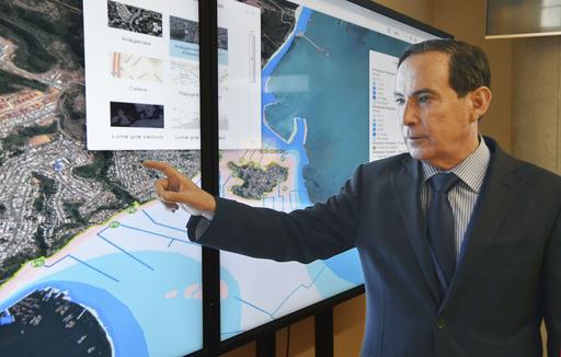 国家緊急対策室で、災害発生時の対応を説明するリカルド・トロ長官=2018年12月、サンティアゴ