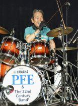 コンサートでドラマーを務める瞳みのるさん=15日、台北市内(共同)