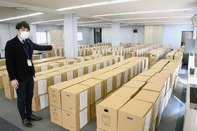 熊本地震関連の公文書が入った段ボールがずらりと並ぶ旧NHK熊本放送会館。復旧・復興が進むにつれ、公文書は今後も増えていくという=熊本市中央区