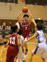 南ケ丘-ASAHI女子決勝 第1クオーター、ASAHIの坂井がシュートを放つ=大田原市黒羽体育館