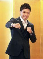 記者会見でポーズをとる、WBOスーパーフェザー級2位の伊藤雅雪=6月18日、東京都千代田区
