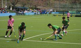 白熱したプレーを展開する中学生選手(京丹波町・グリーンランドみずほホッケー場)
