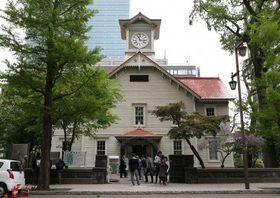 6月から大規模改修が始まる札幌市時計台。工事用の足場とシートで外観が隠れてしまう