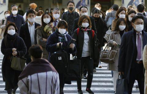 マスク姿でJR大阪駅前を歩く人たち=4日午前9時38分