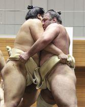 関取衆との申し合いを再開した栃ノ心(右)=東京都町田市