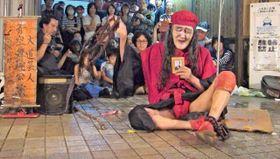 「念仏じょんがら」を披露するギリヤークさん=2015年5月、六角橋商店街