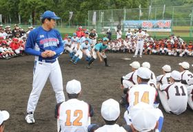 野球教室で子どもたちを指導する村田さん=対馬市、厳原総合公園野球場