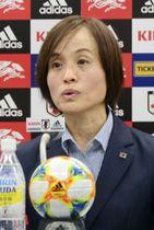 記者会見するサッカー女子日本代表の高倉麻子監督=15日、東京都内