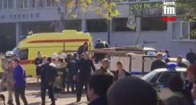 17日、クリミア半島のケルチで、負傷者を車に搬送する救急隊員を映したビデオ映像(KERCH FM NEWS提供、AP=共同)