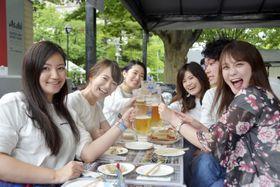 さっぽろ大通ビアガーデンでビールを楽しむ人たち=19日午後、札幌市