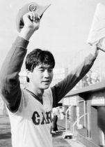 中日打線を散発2安打に抑えてプロ初完封、11勝目を挙げてファンの声援に応える金石(1986年10月5日、広島市民球場)