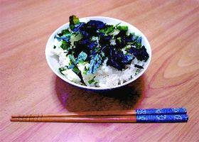 板ワカメを割ってまぶしたご飯。山陰両県では、おやつやおつまみとしても好まれている