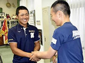 後輩の浅川中生を激励する小濃選手(左)