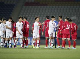 平壌の金日成競技場で行われたサッカーW杯アジア2次予選の北朝鮮―韓国戦で握手する両国の選手たち=15日(韓国サッカー協会提供・共同)