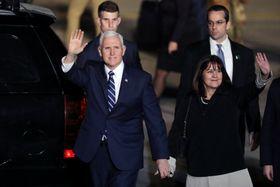 21日、イスラエル・テルアビブの空港に到着したペンス米副大統領(左)と夫人(ロイター=共同)